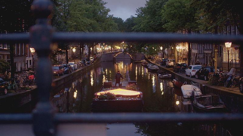 Hart van Troost vaart door de Amsterdamse grachten