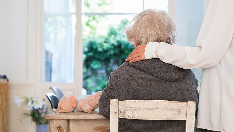 Mensen met dementie wonen volgens hun familie onverantwoord lang thuis