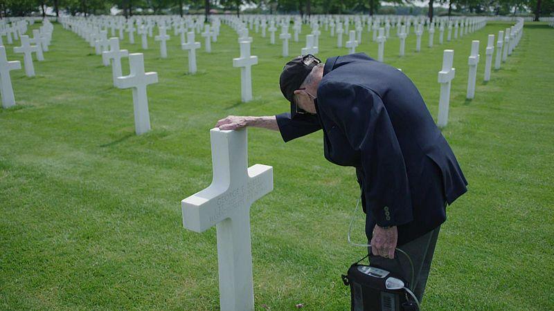 D-Day veteraan Francis Resta (93) na 75 jaar in tranen bij het graf van een makker