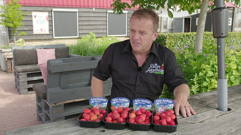 Richard Kalter met zijn aardbeien
