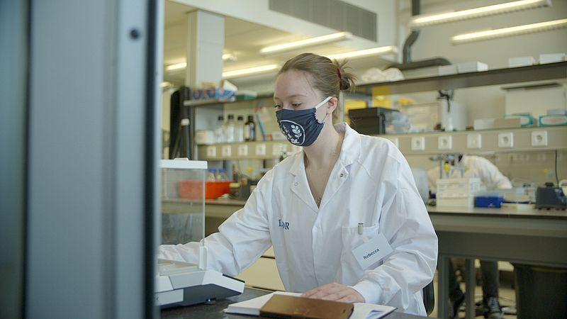 Student Rebecca tijdens haar onderzoek