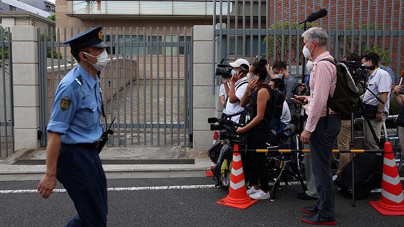 Media vandaag buiten bij de Poolse ambassade