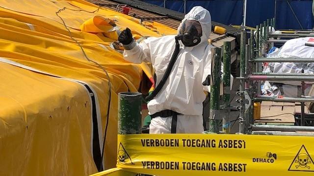 Onderzoek: asbest opruimen kan voordeliger.Longartsen: 'Er is van alles mis met dit rapport'