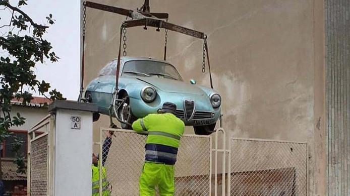 De Alfa Romeo wordt naar buiten getakeld.