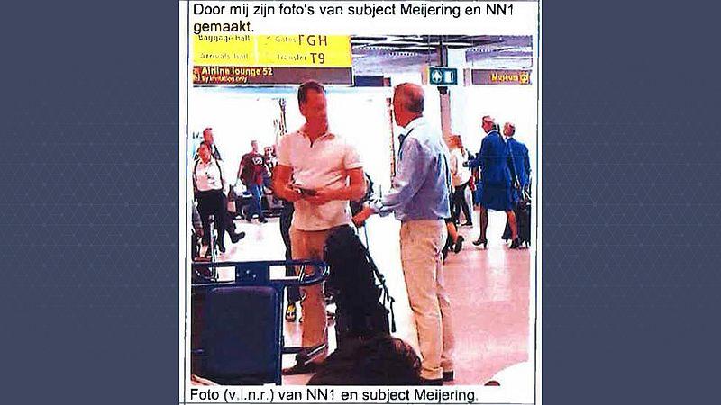 Meijering en Van Kleef bij incheckbalie op Schiphol