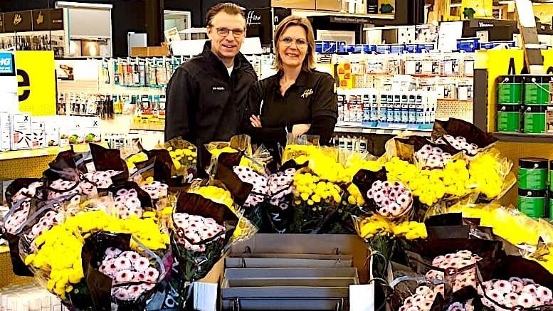 Ceceline Jacobs en Walther Fens met de bloemen die ze weggeven aan hun klanten (Rechten: Ceceline Jacobs en Walther Fens)