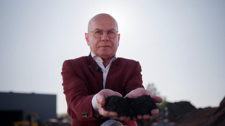 Eddy Wijnker met een handvol Olivijn