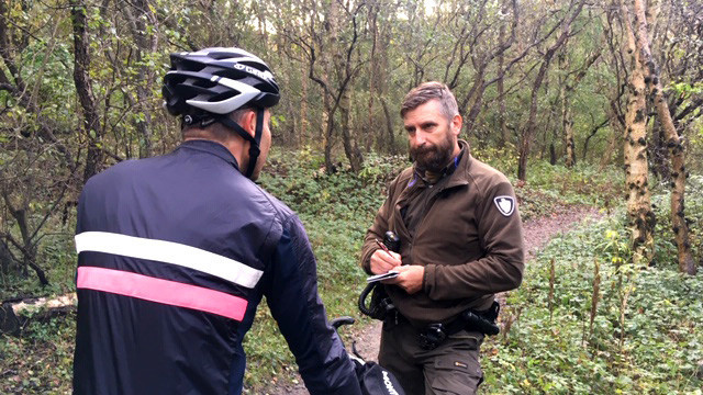 Jerry schrijft boete van 95 euro voor rijden met een mountainbike op het wandelpad