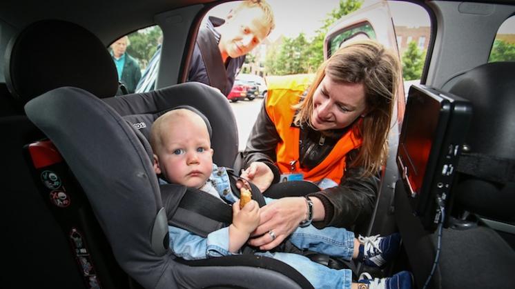 Kinderen verplicht achterstevoren in autostoel?