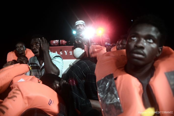 Spanje vangt vluchtelingenschip op dat Italië en Malta weigerden