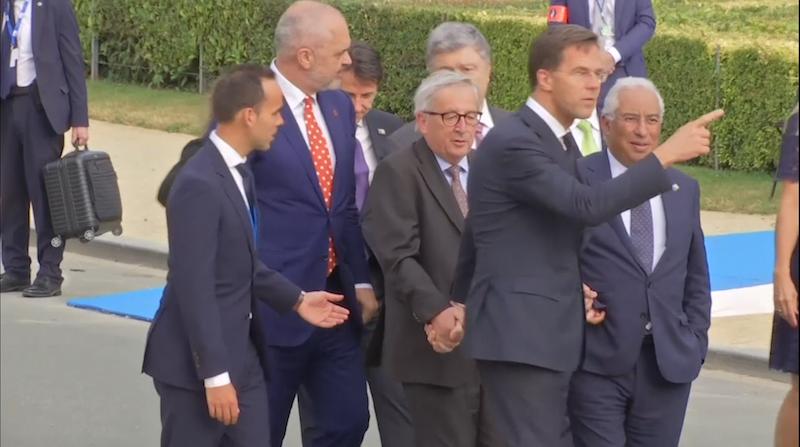 Dronken of rugpijn? Rutte houdt Juncker overeind tijdens NAVO-top