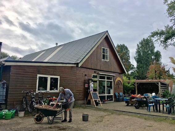 Strijd om behoud van laatste biologische akker van Amsterdam