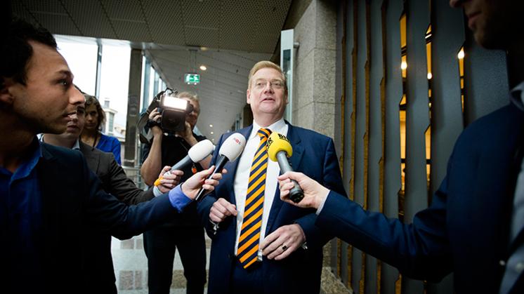 Terreurdebat: Beschadigde Van der Steur overleeft debat